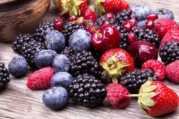 Лікар-кардіолог розповіла, які літні ягоди знижують ризик утворення тромбів